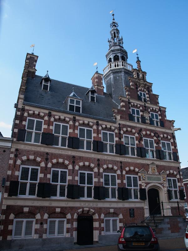Het stadhuis van Franeker, veel te groot voor mijn eenvoudige groothoeklens