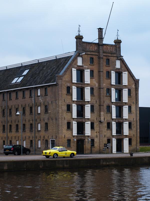 De factory met een geel autootje, vlakbij het piepkleine stationnetje van Franeker