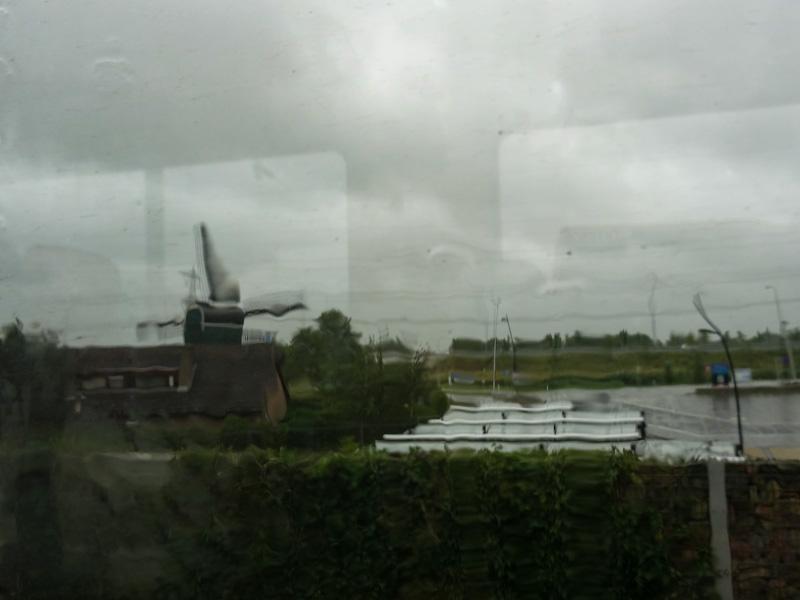 Stormweer vanachter een treinraam