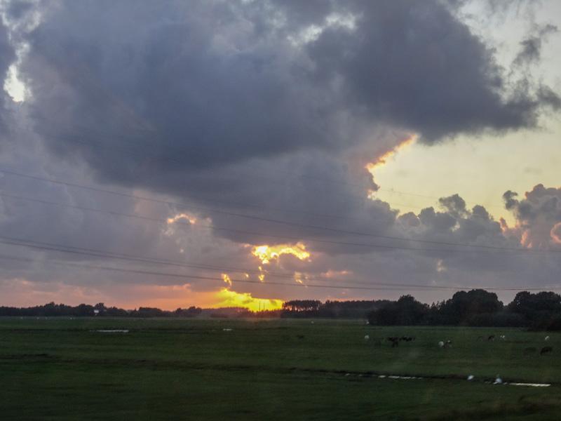 Zonsondergang na de storm (vanuit de trein)