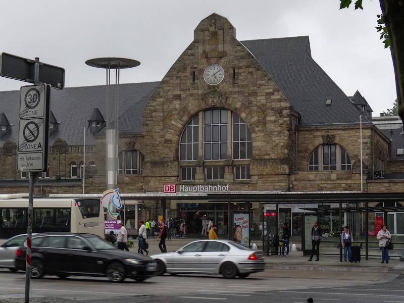Centraal station Aken in de regen.