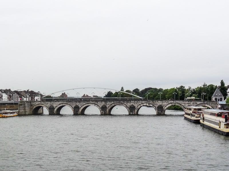 De Maas met Servaasbrug in Maastricht.