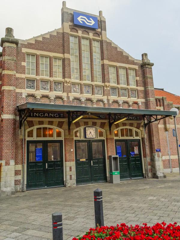 Het station van Zandvoort, waarvan alleen de zijingang open was.