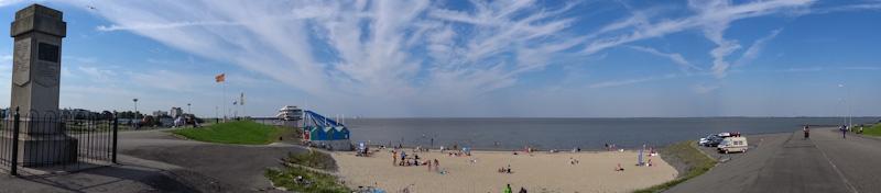 Panoramafoto van het Delfzijlse strand.
