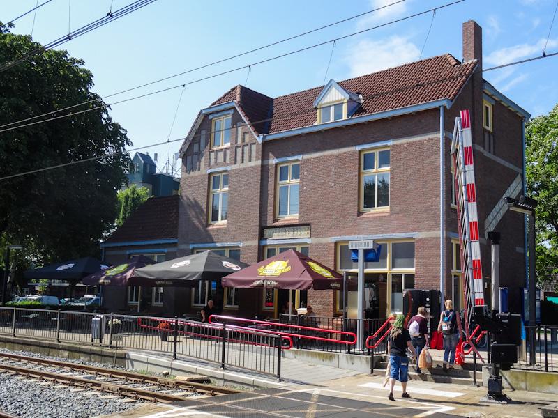 En na de wandeling een kopje koffie drinken op het terras bij het station.