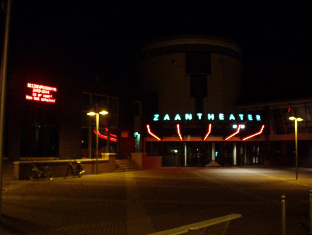 zaantheater bij nacht
