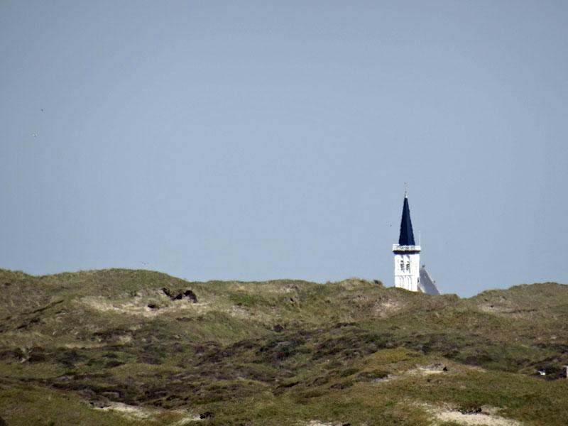 Kerkje den Hoorn boven de duinen uit.